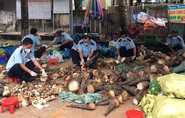 Cán bộ công chức Hải quan Bình Dương sơ chế thực phẩm để cung cấp, hỗ trợ cho người người dân vùng dịch