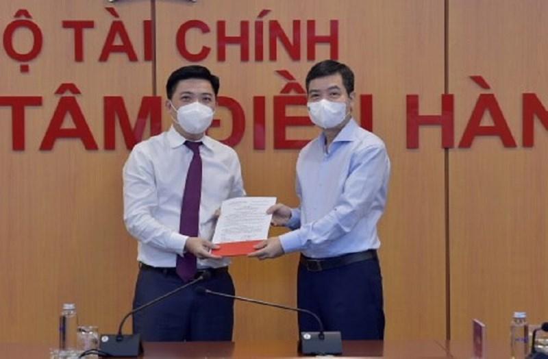 Thứ trưởng Tạ Anh Tuấn trao Quyết định điều động, bổ nhiệm cho tân Chánh Văn phòng Ban Cán sự Đảng Bộ Tài chính.